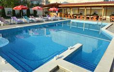 Bazén s barem a posezením