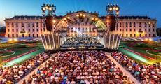 Vídeň s letním koncertem filharmoniků v Schönbrunnu