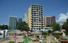 Minigolf před hotelem