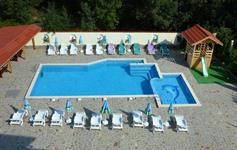 Uzavřený areál s bazénem