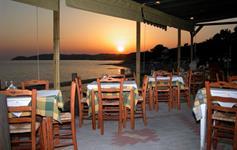 Západ slunce v hotelové restauraci