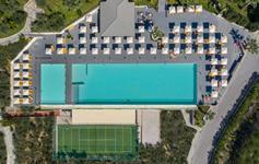 Letecký snímek - bazen a tenisove kurty