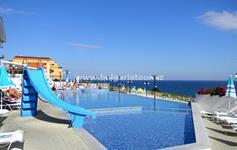 Bazén před hotelem