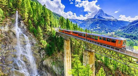 Švýcarská železnice panoramatickým vlakem tratí UNESCO se zastávkou v Lichtenštejnsku