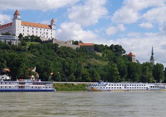Bratislava s plavbou na hrad Děvín