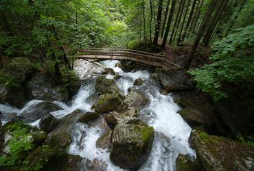 Kamenná Stěna A Vodopády Řeky Pernitz