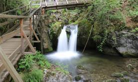 Objevte tajemství vodopádů Myrafälle a skalní soutěsky Steinwandklamm