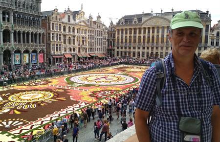 Belgický květinový koberec na náměstí z balkónu