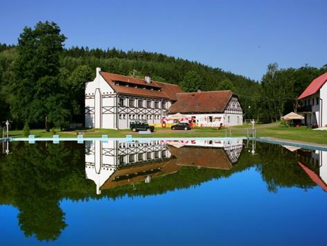 Máchův Mlýn s bazénem, hotel, chaty